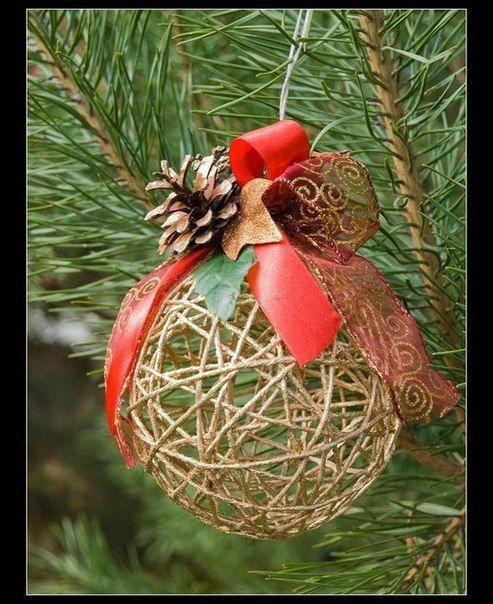 Decorativas esferas navideñas con hilos
