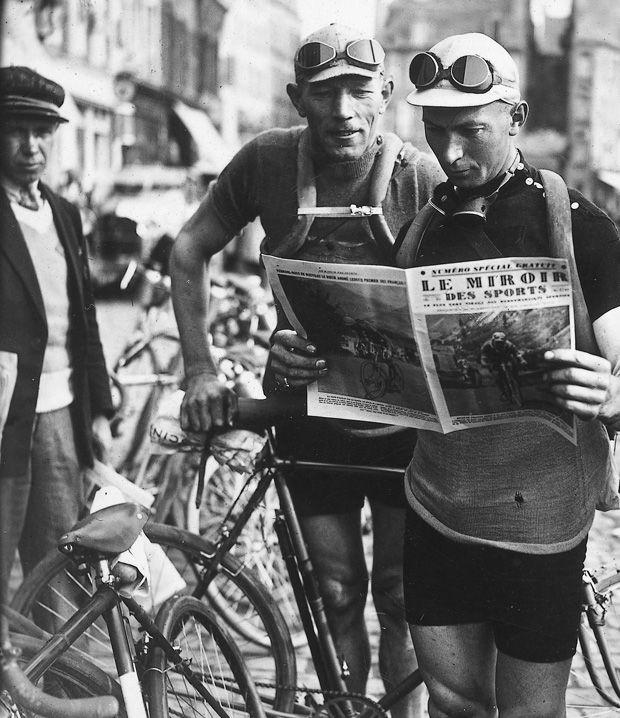 1929 2/7 rit 3 Cherbourg > Nicolas Frantz et Armand Van Bruaene lisent le Miroir des Sports avant le départ de l'étape Cherbourg à Dinan 199 km