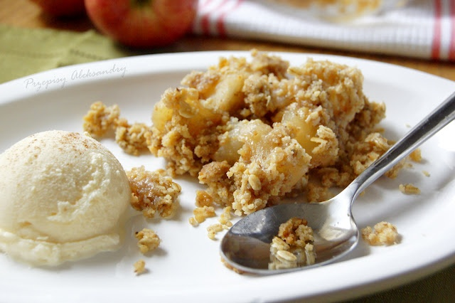 Apple crumble with oats and almonds