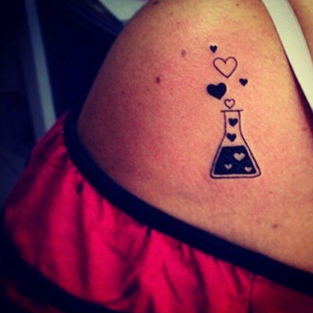 """Quem gostaria de ter uma poção do amor e que pudesse espalhar para o mundo todo? Imagina!? Tattoo feita por <a href=""""http://instagram.com/dudupetersen"""">@dudupetersen</a>"""