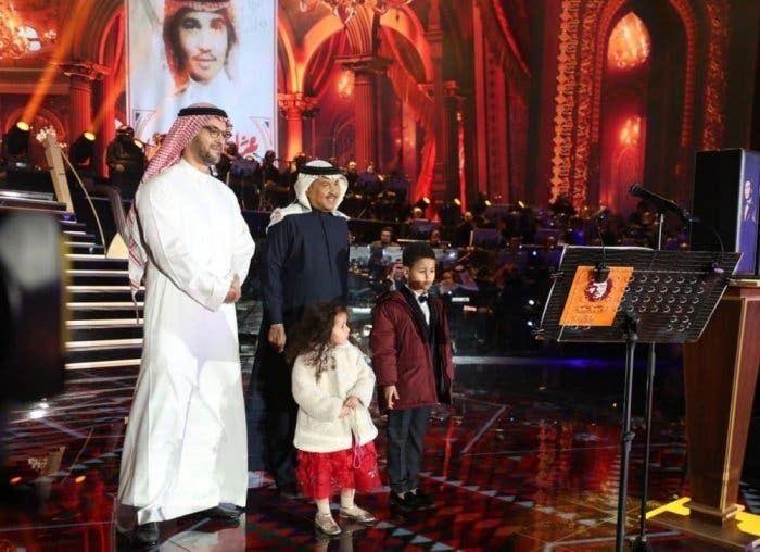بعد مفاجأة صوتية من ابنته نورة محمد عبده يتأثر على المسرح Fashion Coat Lab Coat