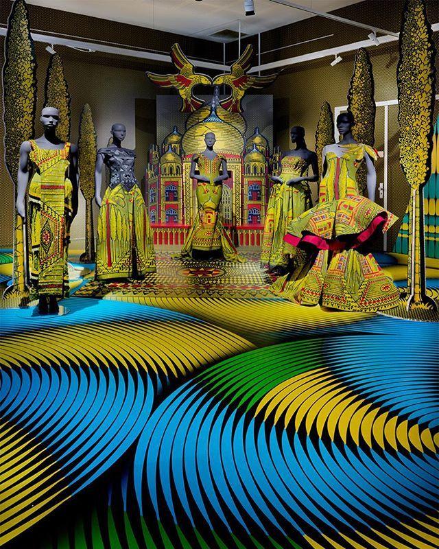Merayakan hari anniversary sang perusahaan serta jalinan dengan negara Afrika pameran bertajuk 'Vlisco 1:1 Un à Un' baru-baru ini digelar di museum Helmond Belanda. Mengelaborasi berbagai cerita penuh makna pameran ini menampilkan beragam pola tekstil khas Afrika yang kental dengan warna-warna vibran. Direksi kreatif dari Vlisco Zara Atelj mengatakan bahwa pameran ini menggambarkan semangat independensi para desainer dalam mengekspresikan kebebasan berkarya. Hal ini tentunya jarang ditemukan…