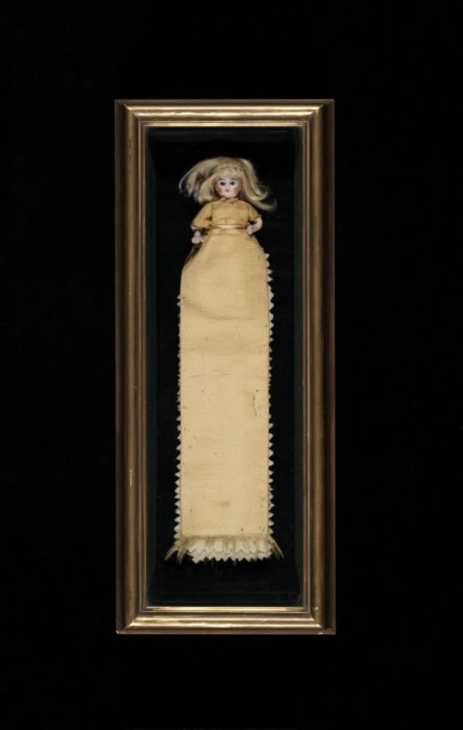 [Mansfield, Katherine] 1888-1923 :[Hussif doll in box. ca 1901 or 1902].