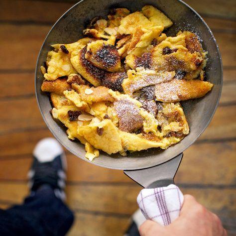 Die Zubereitungszeit kann um 15 Min. verringert werden, wenn man den Kaiserschmarrn in zwei Pfannen gleichzeitig zubereitet. Das Ergebnis: ein Karamel...