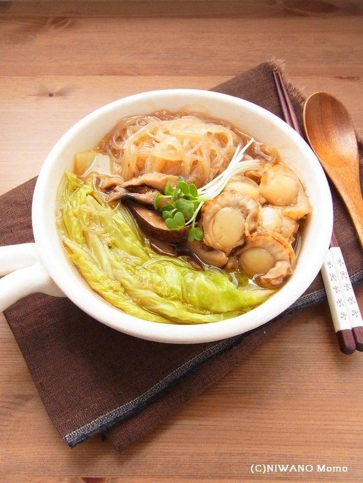 帆立と白菜のオイスターソース煮込み by 庭乃桃 / 帆立と干し椎茸の旨味を吸ったトロトロの白菜がたまらなくおいしい、熱々の煮込み料理。オイスターソースの奥深い味わいに、食べるほどにお箸が止まらなくなります。 / ナディア