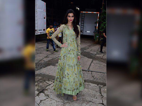 #DianaPenty Looks Ravishing In #RidhiMehra 's Ensemble    #bollywoodnews #Fashion #Bollywood