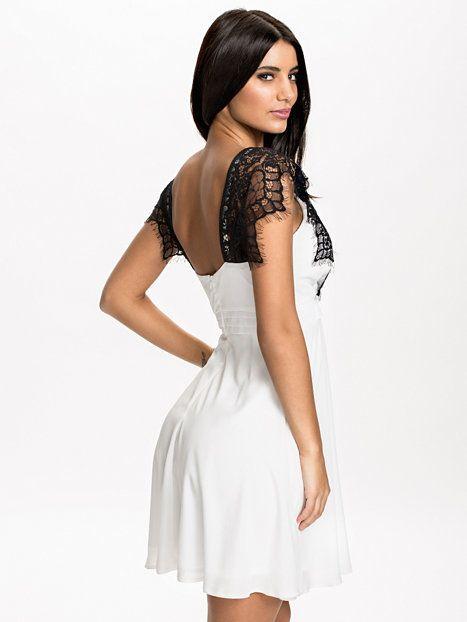 Cross Over Front Lace Chiffon Dress fra Nelly. Om denne nettbutikken: http://nettbutikknytt.no/nelly-com/