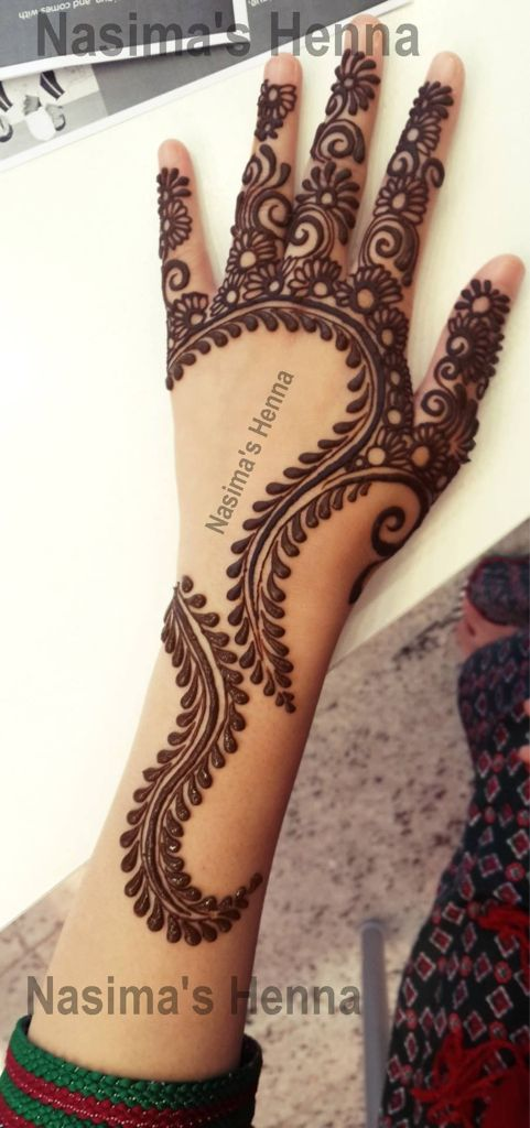 Gorgeous henna - I'd love to see if the design followed onto the palm
