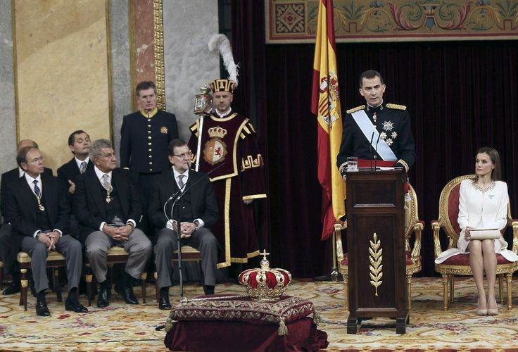 """Felipe VI ha pronunciado su primer discurso como Rey de España en el Congreso de los Diputados. El Rey ha comenzado su discurso """"con una profunda emoción por el honor que supone asumir la Corona, consciente de la responsabilidad que comporta y con la mayor esperanza en el futuro de España"""". (AFP)"""