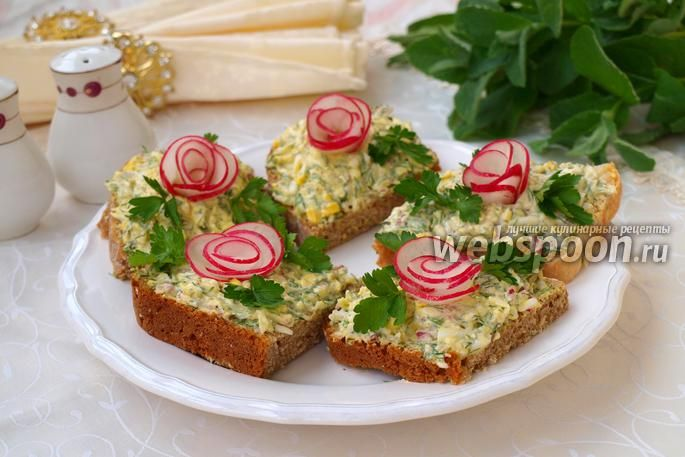 Фото Бутерброды с плавленым сыром, редисом и яйцом