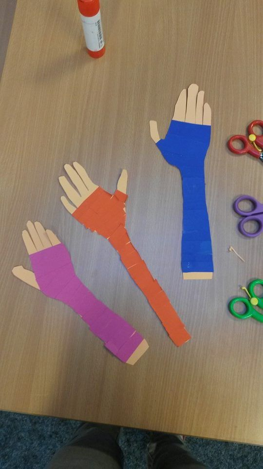 Thema Ziekenhuis: je arm in het gips. Laat de kinderen hun eigen arm overtrekken en uitknippen. Laat ze strookjes uitknippen uit gekleurd papier, dat is het gips. Plak alles netjes op je arm en knip evt. nog wat bij.