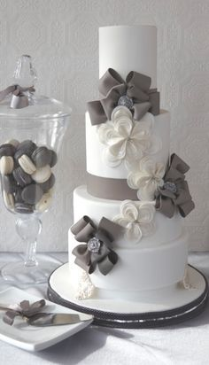 We love these touches of #gray to wedding #dessert! #grayweddings