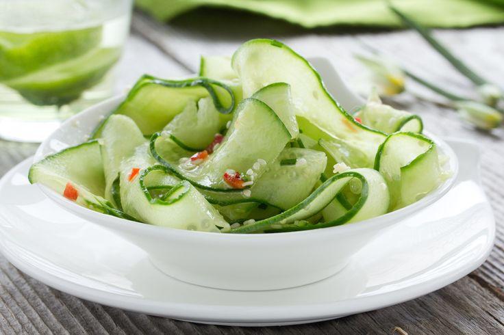 Maak eens een heerlijke Aziatische salade met komkommerspaghetti en scampi's
