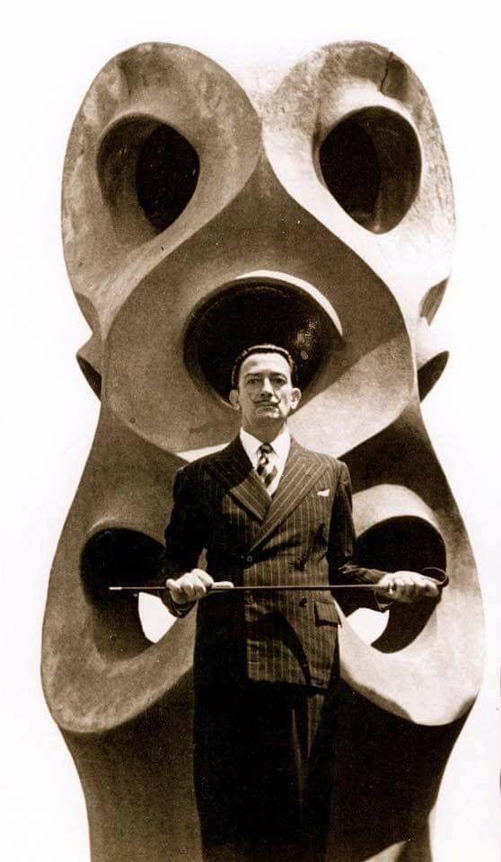 """Salvador Dalí. (photo) En la terraza de la """"Casa Milà"""" de Barcelona Arquitecto: Antoni Gaudí."""