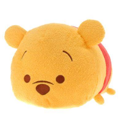 Este peluche mediano Tsum Tsum de Winnie the Pooh es superabrazable y también apilable. Un monísimo concepto de origen japonés y una simpática versión de la estrella clásica de Disney, con detalles 3D y una barriga blandita rellena de bolitas.