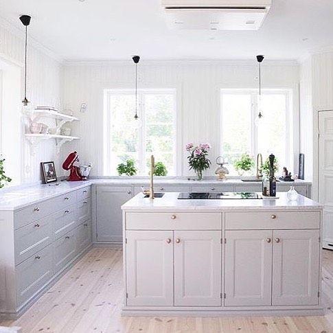 """70 gilla-markeringar, 3 kommentarer - @fjaraskupan på Instagram: """"@villabjorkviken vackra kök med en stor köksö i mitten och vår takmonterade modell Etage som är som…"""""""