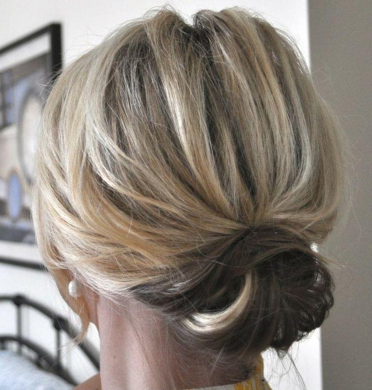 Die Haare können Sie zu einem niedrigen Dutt als Hochsteckfrisur binden