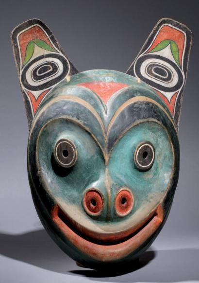 Masque Ours * Tlingit. Réalisé par Maurice G. Dérumaux en 1965-75. Typique masque «Bear Face» comme les faisaient les Indiens Tlingit (Yakutat South).. Bois, rawhide, peinture, lanière de peau, corde