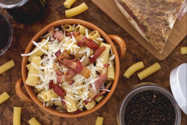 La pasta alla gricia è l'antenata della pasta alla amatriciana, un semplice ma ricco primo piatto della cucina laziale.