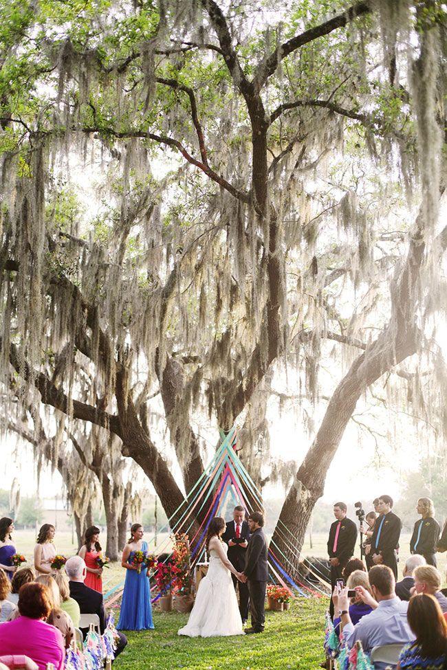 Deze boom is kleurrijk en toch discreet versierd voor de ceremonie en/of een receptie. Als je buiten gaat trouwen