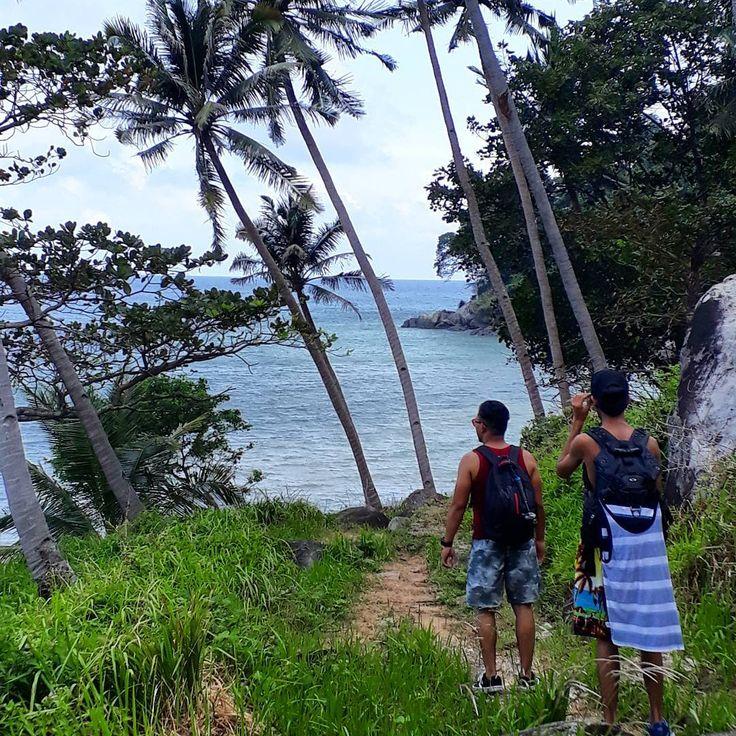 So sepatutnya kalau ikut scheduled feri gerak kol 11. Tapi entah apa gile feri bertolak pukul 10.30 so kami tertinggal feri ke mersing. Then we decided nak sambung our journey to Tekek dengan berjalan kaki... - Bagi orang Tioman bunyi agak gila. But kami nak jalan jugak. Perjalanan amek masa lbh kurang 3jam.. island #sunny #beach #tioman #malaysia #travel #love #sea #sunset #sunny #dawn #fishing