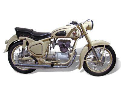AWO 425 S (DDR 1957-1961)  Technische Angaben: Motor:1-Zylind.Viertakt Hubraum: 247 ccm Max.Leistung:11,4 kW bei 6800 U/min Getriebe/Antrieb: 4 Gang / Kardan Bremsen: Trommelbremse Simplex / Ø 180 mm Leergewicht: 162 kg zul. Gesamtgewicht: 325 kg Tankinhalt / Reserve: 16 Liter / 2,0 Liter Farben: maron-maron, schwarz-schwarz, alabasta Vmax:ca. 110 km/h
