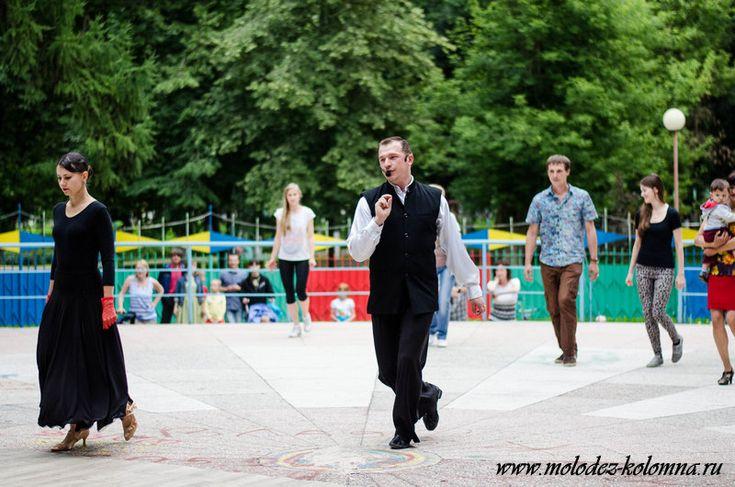 Танцевальный проект «Давайте потанцуем!» - http://kolomnaonline.ru/?p=15157                                             Третий сезон летнего танцевального проекта «Давайте потанцуем!» открыт! Каждый воскресный вечер на танцевальной площадке Парка Мира с 19:00 до 21:00 проходят танцы под откр
