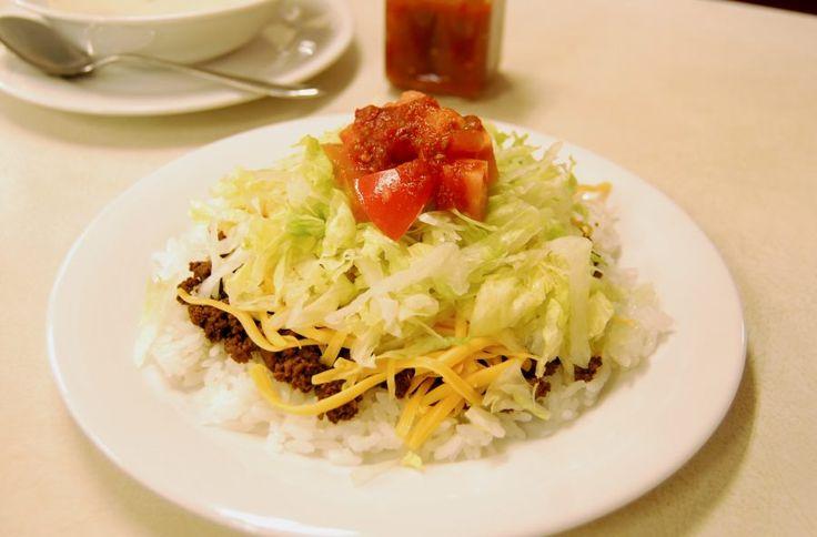 【沖縄おすすめ情報】 ジャッキーステーキハウス スパイシーなソースがよく合うタコライス550円(スープ付き)
