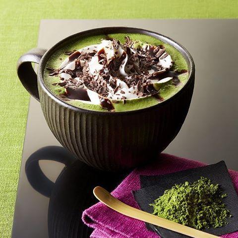 tullyscoffeejapanВкус только сейчас. Вкус компромисса между Востоком и Западом «Chocolate & Tea Мокко» в сочетании с мягким паром молока и Удзи зеленого чая элегантный аромат «Удзи зеленый чай латте», шоколадным соусом и взбитыми сливками с полнотелый, и является глазурь шоколадная стружка сплавляются вместе полный , Вкус и аромат шоколада глубокий зеленый чай Киото производства будет наслаждаться изысканными гармонии