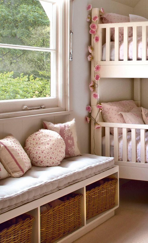 Habitación infantil con litera y banco a medida . Más que un asiento