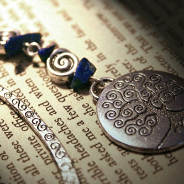These are some of our favourite handmade crystal items - bookmarks in new age themes with genuine natural semi-precious crystal gemstone chips. This one features a silver tree of life with natural lapis lazuli chips.  Australian buyers can find our large range of gemstone chip bookmarks on our website - www.aromaqueen.com.au.  #bookmark #crystals #naturalcrystals #reading #books #treeoflife #lapislazuli #lapis #AromaQueen