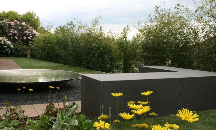 Sitzplatz mit Steinquadern am Wasser