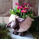 """Dieses nette*""""weisse Schaf""""* aus Keramikist zu allerlei Diensten bereit...in seinem Rücken können bunte Eier Platz nehmen als *Osternest*,es kann eine kleine Pflanze hineingesetzt werden...oder..."""