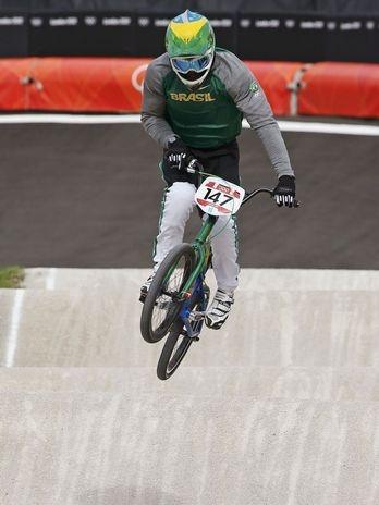 O brasileiro Renato Rezende cravou o oitavo melhor tempo no ciclismo BMX dos Jogos Olímpicos de Londres, na BMX Track, na manhã desta quarta-feira. Décimo quinto colocado no ranking mundial, o atleta fez sua apresentação em 38s628, e vai para a etapa eliminatória como um dos favoritos à classificação à próxima fase  Foto: Reuters