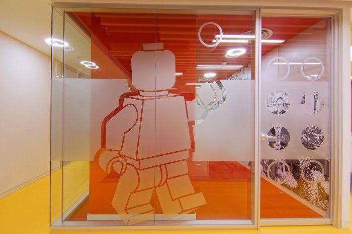 Bureaux Lego, Istanbul (Turquie) Prédominance de l'identité visuelle de la marque (couleurs, motifs, matériaux). Cadre agréable pour les salariés (gaité, transparence, fantaisie) qui facilite leur assimilation aux valeurs de la marque.
