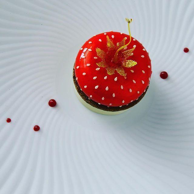 Crème légère à la dragée et fraise de Clery, Sablé au thé à la Pyramide Patrick Henriroux, 30km au sud de Lyon 🍓 🍽 Strawberry dessert at @la_pyramide_patrick_henriroux in France 🍓🍽 #lapyramide #lapyramidepatrickhenriroux #dessert #grandestablesdumonde #bottingourmand #gaultmillau #guidemichelin #patisserie #dessertfraises #adrienbozzolo #patrickhenriroux #restaurantlapyramidevienne #dessertdumoment #france #gastronomie #lyon #vienne #grenoble #saintetienne #tourisme #rhonealpes…