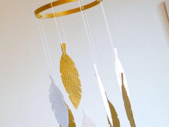 Mobile di piuma bianca e oro.  Le 10 piume sono tagliati da feltro bianco puro a mano e luccicante oro doppio parteggiato tessuto con un tocco di trama, quindi semplicemente infilate su un cerchio doro lavato. Il cerchio è collegato a un piccolo anello nella parte superiore da quattro fili di spago divina oro metallico, che ha la giusta quantità di shimmer.  MISURE (si prega di notare che sto solo facendo una taglia al momento) Cerchio dorato - circa 8(20cm) Piume - 5 Lunghezza - da anello…