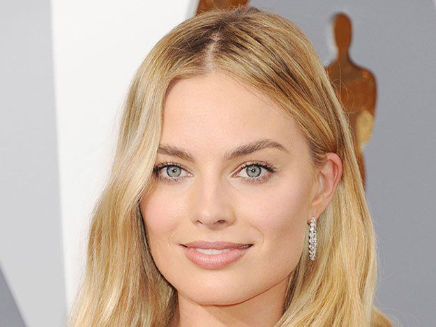 Margot Robbie at the Oscars 2016 | Best Celebrity Eyebrows Of 2016, check it out at http://makeuptutorials.com/best-celebrity-eyebrows-makeup-tutorials