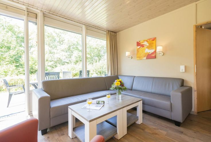 8-persoons bungalow Type 8B  Description: Pluspunten:- Tussen de wijnvelden gelegen- Groot indoorspeelparadijs- Overdekt zwembad met apart kleuterbad en diverse waterattracties- Hertenkamp met panorama uitzicht over de Moezel- VinotheekLigging van Landal Sonnenberg. Afstand vanaf Utrecht 359km. Landal Sonnenberg ligt net boven het wijndorpje Leiwen aan de Moezel. Het comfortabele vakantiepark ligt hoog op een bosrijk plateau en is een heerlijke bestemming voor natuur- en…