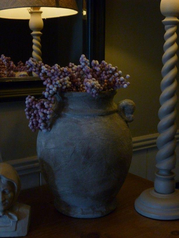 ouderwetse fruitpot ingesmeerd met tegellijm, geschuurd, donkere en lichte saus erop, met doek opwrijven, bloem erover strooien en onderkant door de tuin gerold.