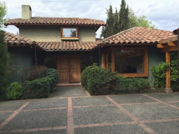 Excelente casa chilena con lindo jardín Informe de Engel & Völkers | T-1416422 - ( Chile, Región Metropolitana de Santiago, Lo Barnechea, El Huinganal )