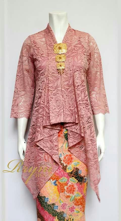 Perpaduan motif baju kurung pada kebaya elegan