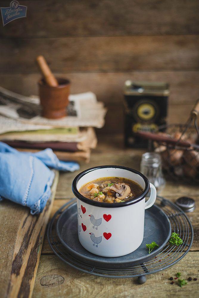 Wegańska zupa z ciecierzycy i pieczarek