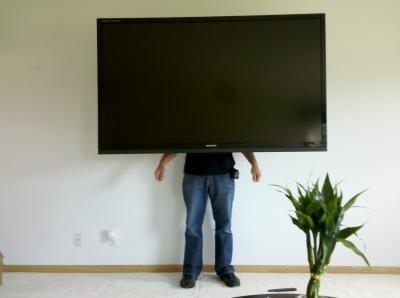 Aqui un instalador de televisores terminando de adecuar un televisor de 50 pulgadas en la pared,se utilizo un Soporte de brazo movil lo puedes ver aqui.. http://www.soportestv.co/Soporte-base-de-brazo-movil-para-televisor-led-smart.html
