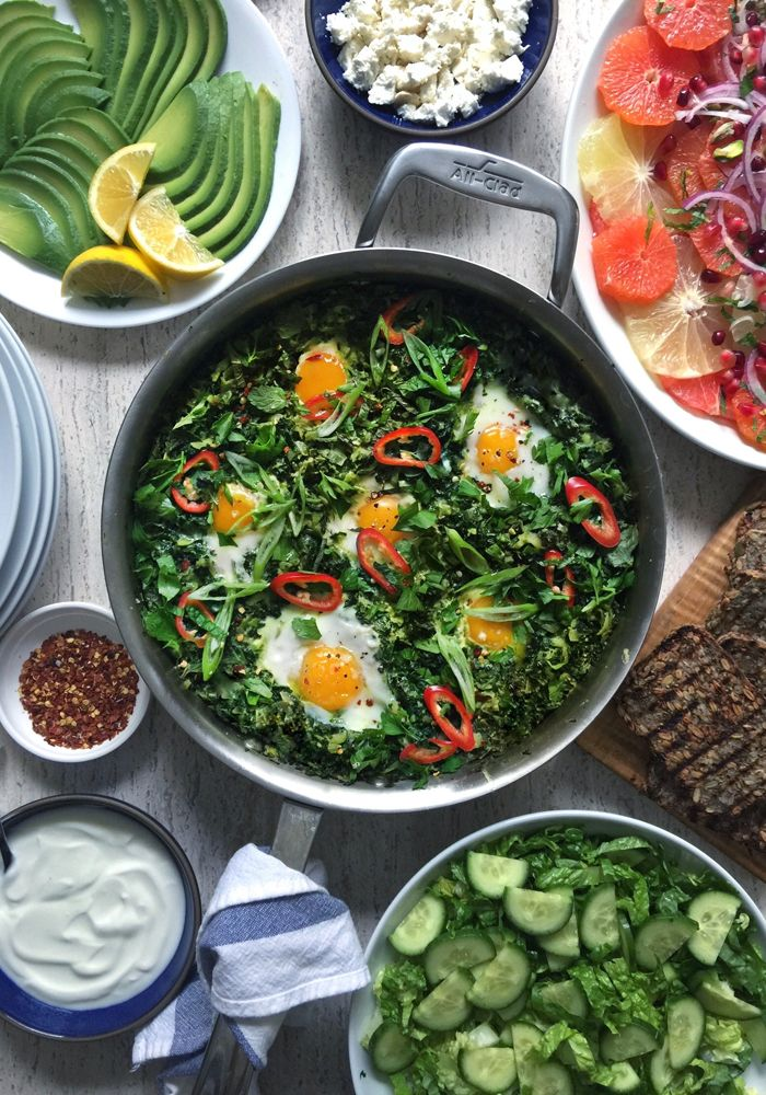A vibrant, leafy green take on shakshuka, eggs braised or poached in spiced mix of chard, kale, and zucchini Quick Vegetarian Meals, Healthy Meal Prep, Healthy Baking, Healthy Dinner Recipes, Diet Recipes, Healthy Snacks, Applebees Recipes, Keto Meal, Summer Recipes