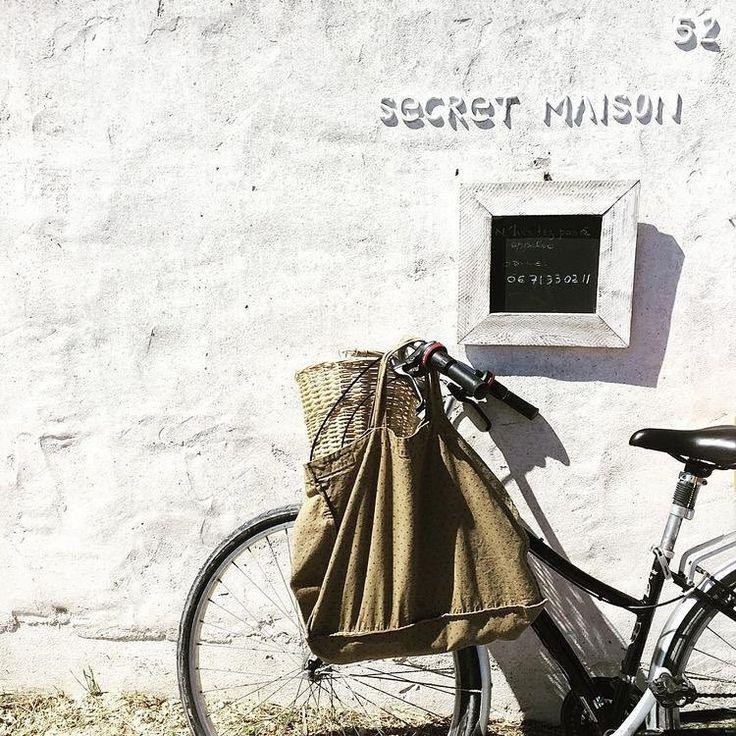 C'est en bicyclette que nous circulons ici à Ars-en-Ré. Passez nous voir comme @minusmarie à qui nous devons cette jolie photo . Bonne balade. #secretmaison #linenmadeinfrance #madeinfrance #arsenré #ilederé #linen #boutiquearsenré #boutiquedeco
