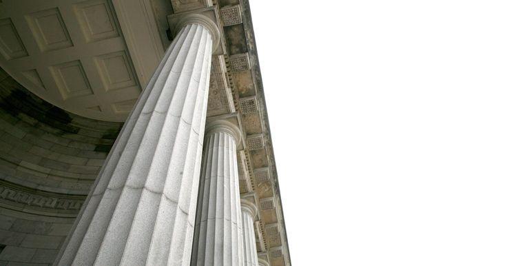 Semelhanças e diferenças entre as arquiteturas romana e grega. As arquiteturas romana e grega estão conectadas há muito tempo, devido às semelhanças entre os templos e outras estruturas que as duas civilizações criadas por ambos os povos. A arquitetura romana foi altamente influenciada pela Grécia, mas os romanos também se distinguiam ao criar uma identidade separada.