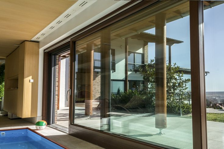 Outdoor or indoor swimming pool? If you are unsure, we can help! Choose the Janko Window lift and slide doors and make an open space from your indoors!