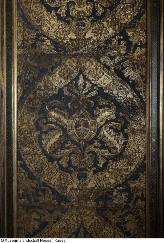 Gold leather wallpaper with pomegranate pattern, leather, paint and gold, ca. 1560, in Sammlung Deutsches Tapetenmuseum