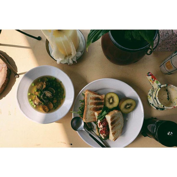 いいね!731件、コメント1件 ― eriさん(@e_r_i_e_r_i)のInstagramアカウント: 「夕飯が軽かったので朝からお腹減っちゃってお腹減っちゃって🥀昨日のチキンとルッコラ🌱🌿をサンドイッチに、グリンピースとアサリ🐚のスープ、キウイ🥝とヨーグルト🥛。わたし、ささみが好きなんだよな🐓…」